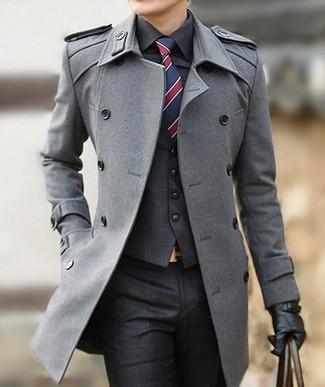 Cómo combinar: abrigo largo gris, chaleco de vestir de tartán en gris oscuro, camisa de vestir negra, pantalón de vestir de tartán en gris oscuro