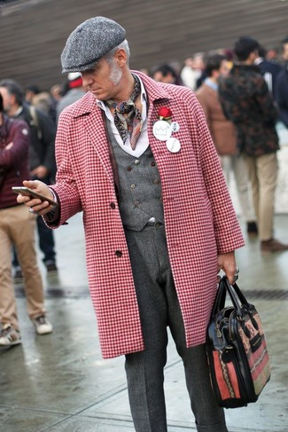 Cómo combinar: abrigo largo de pata de gallo en rojo y blanco, chaleco de vestir de lana en gris oscuro, camisa de vestir blanca, pantalón de vestir de lana en gris oscuro