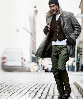 Cómo combinar: abrigo largo de espiguilla gris, chaleco de vestir de terciopelo en marrón oscuro, camiseta con cuello circular blanca, pantalón cargo verde oliva