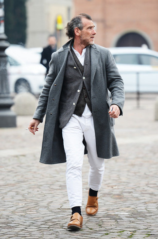 Cómo combinar: abrigo largo gris, chaleco de vestir en gris oscuro, cárdigan en gris oscuro, camisa de manga larga blanca