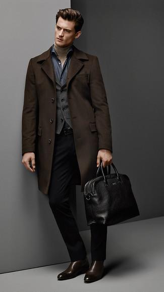 Cómo combinar: abrigo largo en marrón oscuro, chaleco de vestir en gris oscuro, jersey de cuello alto marrón claro, camisa de manga larga de cambray azul marino