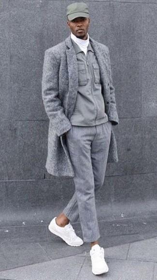 Cómo combinar: abrigo largo gris, chaqueta con cuello y botones gris, jersey de cuello alto blanco, pantalón de vestir de lana gris