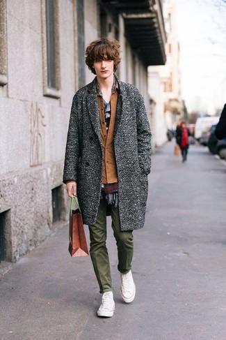 Cómo combinar: abrigo largo gris, chaqueta estilo camisa marrón, camiseta con cuello circular gris, pantalón chino verde oliva