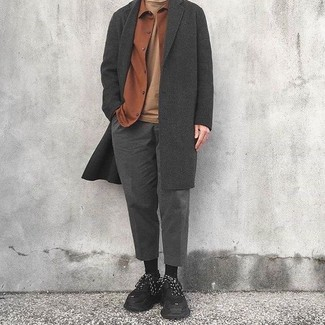 Cómo combinar: abrigo largo en gris oscuro, chaqueta estilo camisa de franela en tabaco, camiseta con cuello circular marrón claro, pantalón de vestir de lana en gris oscuro