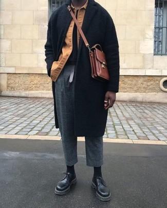 Cómo combinar: abrigo largo negro, chaqueta estilo camisa marrón claro, camiseta con cuello circular negra, pantalón de vestir de lana a cuadros en gris oscuro