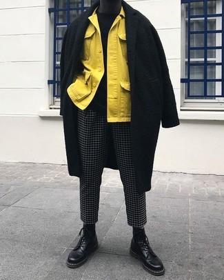 Cómo combinar: abrigo largo negro, chaqueta estilo camisa amarilla, jersey con cuello circular negro, pantalón chino a cuadros en negro y blanco