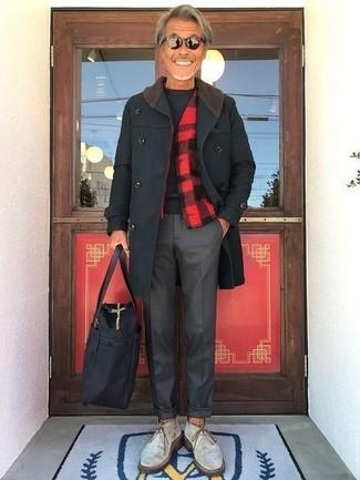 Cómo combinar: abrigo largo negro, chaqueta estilo camisa a cuadros en rojo y negro, jersey con cuello circular negro, pantalón de vestir en gris oscuro