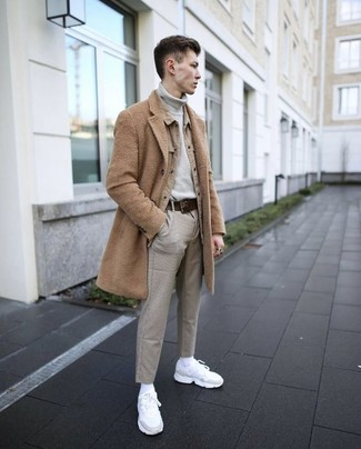 Cómo combinar: abrigo largo marrón claro, chaqueta estilo camisa marrón claro, jersey de cuello alto gris, pantalón chino gris