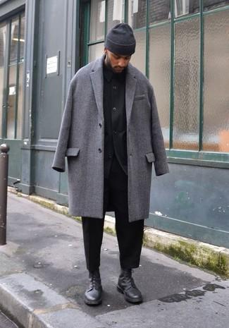 Cómo combinar: abrigo largo gris, chaqueta estilo camisa negra, pantalón chino negro, botas casual de cuero negras