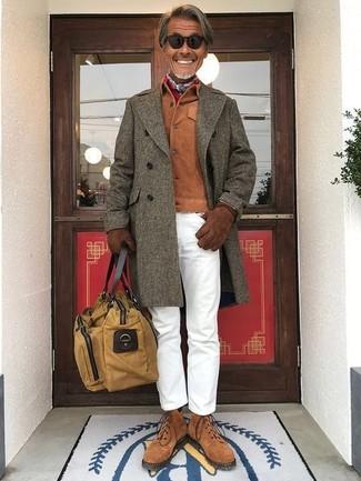 Cómo combinar: abrigo largo verde oliva, chaqueta estilo camisa de ante en tabaco, pantalón chino blanco, botas casual de ante marrónes