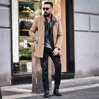 Cómo combinar: abrigo largo marrón claro, chaqueta motera de cuero negra, jersey con cuello circular gris, camisa de manga larga blanca