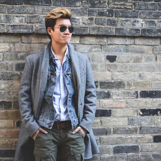 Cómo combinar: abrigo largo gris, chaqueta vaquera azul, camisa de manga larga de rayas verticales celeste, pantalón cargo verde oliva
