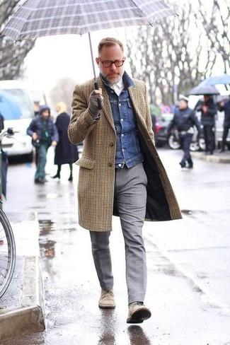 Cómo combinar: abrigo largo de cuadro vichy marrón, chaqueta vaquera azul marino, camisa de vestir blanca, pantalón de vestir de lana gris