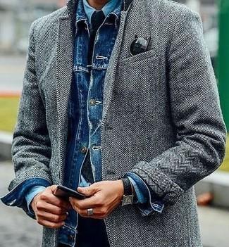 Cómo combinar: abrigo largo de espiguilla gris, chaqueta vaquera azul, camisa vaquera celeste, pantalón chino negro