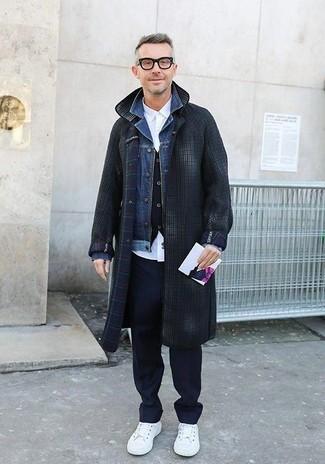 Cómo combinar: abrigo largo a cuadros en gris oscuro, chaqueta vaquera azul, chaleco de vestir negro, camisa de vestir blanca