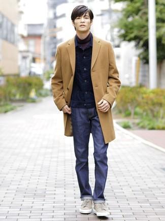 Cómo combinar: abrigo largo marrón claro, chaqueta vaquera de pana azul marino, jersey de cuello alto morado oscuro, vaqueros azul marino