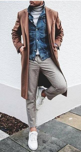 Cómo combinar: abrigo largo marrón, chaqueta vaquera azul, jersey de cuello alto blanco, pantalón de vestir de lana gris