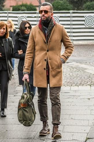 Cómo combinar: abrigo largo marrón claro, chaqueta vaquera celeste, jersey de cuello alto negro, pantalón de vestir de lana marrón