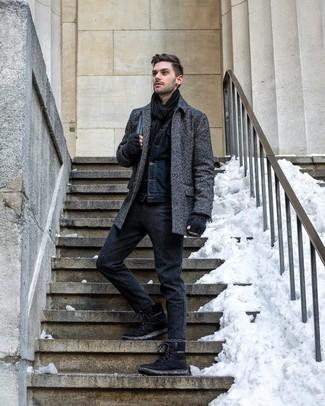 Cómo combinar: abrigo largo de espiguilla en gris oscuro, chaqueta vaquera azul marino, pantalón chino de lana en gris oscuro, botas de trabajo de ante negras