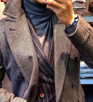 Cómo combinar: abrigo largo de espiguilla gris, blazer cruzado de rayas verticales en gris oscuro, jersey de cuello alto gris