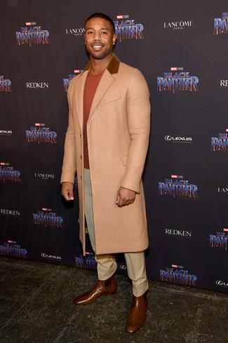 Cómo combinar: abrigo largo en beige, jersey con cuello circular naranja, pantalón de vestir en beige, botines chelsea de cuero marrónes
