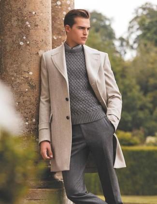 Cómo combinar: abrigo largo en beige, jersey de ochos gris, camisa de vestir gris, pantalón de vestir de lana gris