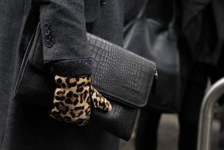 Cómo combinar: abrigo largo en gris oscuro, bolso con cremallera de cuero negro, guantes de ante de leopardo marrón claro