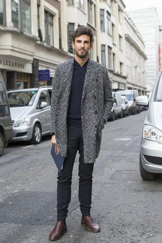 Cómo combinar: abrigo largo de tartán en gris oscuro, jersey con cuello chal azul marino, pantalón de vestir negro, botines chelsea de cuero en marrón oscuro