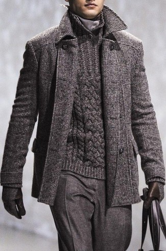 Cómo combinar: abrigo largo de tartán en gris oscuro, jersey con cuello chal de punto en gris oscuro, pantalón de vestir de lana en gris oscuro, guantes de lana en gris oscuro