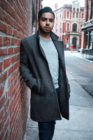 Cómo combinar: abrigo largo en gris oscuro, jersey con cuello circular gris, vaqueros azul marino, guantes de cuero negros