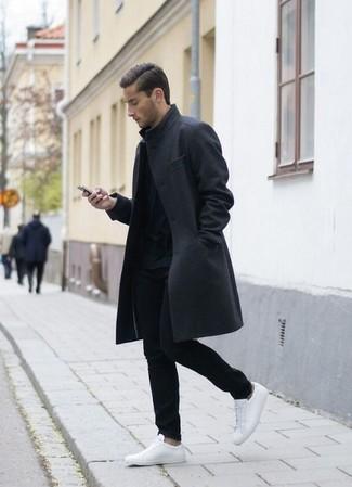 Cómo combinar: abrigo largo en gris oscuro, jersey con cuello circular negro, pantalón chino negro, tenis de cuero blancos