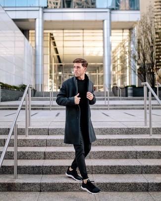 Cómo combinar: abrigo largo en gris oscuro, jersey con cuello circular negro, pantalón de chándal negro, deportivas negras