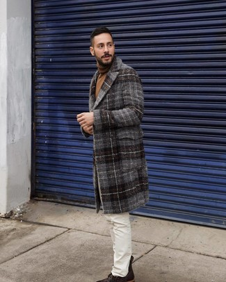 Cómo combinar: abrigo largo de tartán en gris oscuro, jersey de cuello alto marrón, vaqueros blancos, botas casual de cuero en marrón oscuro