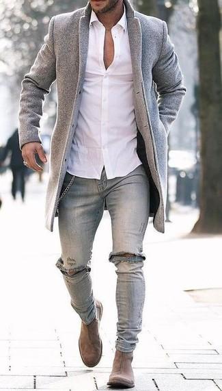 Cómo combinar: abrigo largo gris, camisa de vestir blanca, vaqueros pitillo desgastados grises, botines chelsea de ante marrón claro