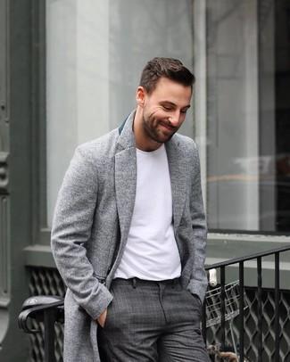 Cómo combinar: abrigo largo gris, camiseta con cuello circular blanca, pantalón de vestir de tartán en gris oscuro