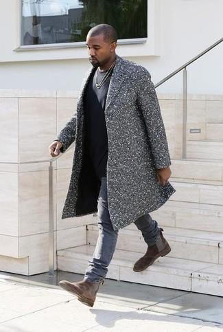 Ponte un abrigo largo de espiguilla gris y unos vaqueros grises para después del trabajo. ¿Te sientes ingenioso? Dale el toque final a tu atuendo con botines chelsea de ante marrónes.