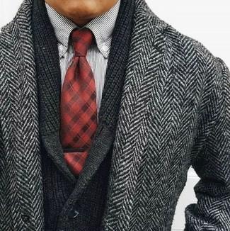Cómo combinar: abrigo largo de espiguilla gris, cárdigan con cuello chal negro, camisa de manga larga de rayas verticales en blanco y negro, corbata de tartán roja