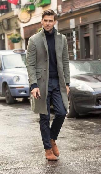 Look de moda: Abrigo Largo Gris, Jersey de Cuello Alto Azul Marino, Pantalón de Vestir Azul Marino, Botas Safari de Ante Marrónes