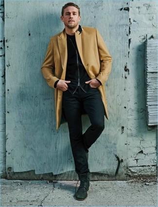 Cómo combinar: abrigo largo marrón claro, jersey con cremallera negro, camiseta con cuello circular negra, vaqueros negros