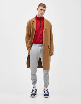 Cómo combinar: abrigo largo marrón, jersey con cremallera rojo, pantalón de chándal gris, deportivas de ante en multicolor