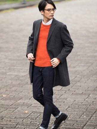 Cómo combinar: abrigo largo de tartán en gris oscuro, jersey con cuello circular naranja, camisa de manga larga blanca, vaqueros azul marino