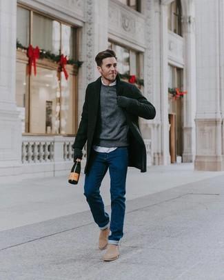 Cómo combinar: abrigo largo negro, jersey con cuello circular gris, camisa de manga larga blanca, vaqueros azules