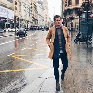 Cómo combinar: abrigo largo marrón claro, jersey con cuello circular marrón, camisa de manga larga celeste, pantalón chino azul marino