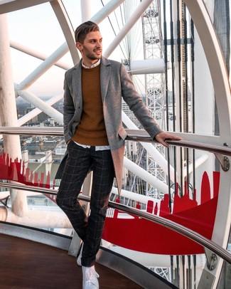 Cómo combinar: abrigo largo gris, jersey con cuello circular en tabaco, camisa de manga larga blanca, pantalón de vestir de lana a cuadros en gris oscuro
