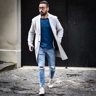 Cómo combinar: abrigo largo gris, jersey con cuello circular azul, camisa de manga larga blanca, vaqueros desgastados celestes