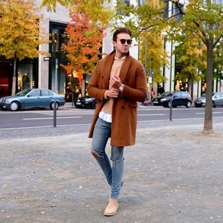 Cómo combinar: abrigo largo en tabaco, jersey con cuello circular marrón claro, camisa de manga larga blanca, vaqueros pitillo desgastados azules