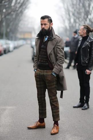 Cómo combinar: abrigo largo en marrón oscuro, jersey con cuello circular de grecas alpinos negro, camisa de manga larga en turquesa, pantalón de vestir de lana de tartán marrón