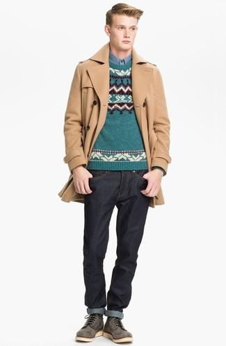 Cómo combinar: abrigo largo marrón claro, jersey con cuello circular de grecas alpinos en verde azulado, camisa de manga larga de cambray azul, vaqueros negros