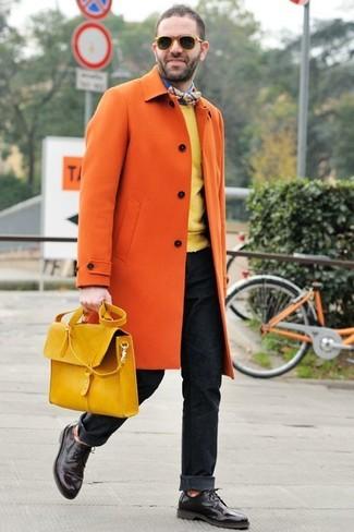 Cómo combinar: abrigo largo naranja, jersey con cuello circular amarillo, camisa de manga larga azul, vaqueros negros