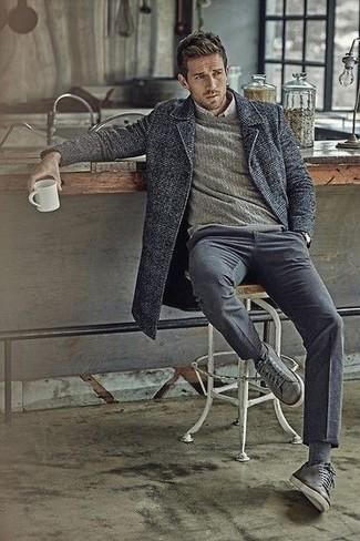 Cómo combinar: abrigo largo de tartán en gris oscuro, jersey con cuello circular gris, camisa de vestir gris, pantalón chino gris